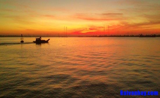 """chiec thuyen ngoai xa nguyen trung thanh - Bình giảng tác phẩm """"Chiếc thuyền ngoài xa"""" của Nguyễn Minh Châu"""