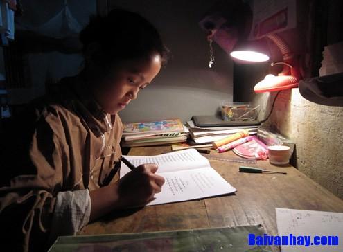 van mau ta den hoc bai - Tả cái đèn trên bàn học của em