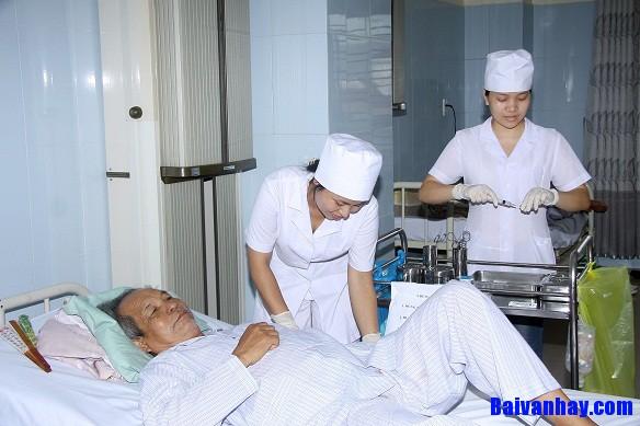 Tả một nữ y tá đang chăm sóc bệnh nhân